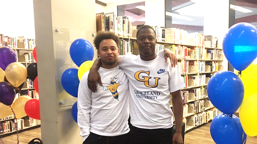 Photo for Football Signs Teammates Traejin Brown and Kemajae Tippin